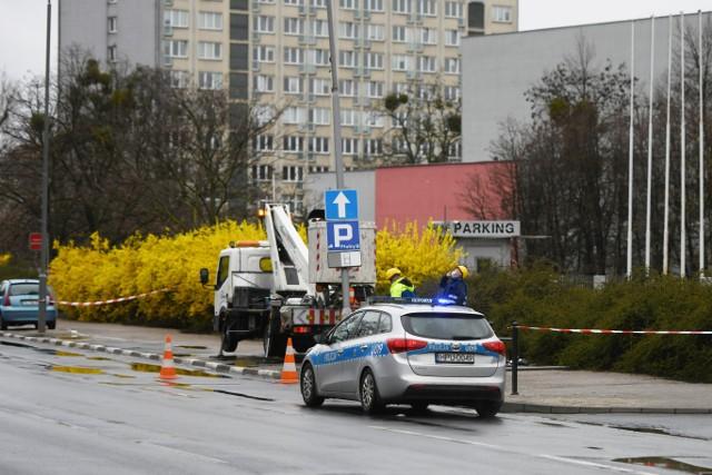 Samachód osobowy uderzył w słup na ul. Solnej w Poznaniu.