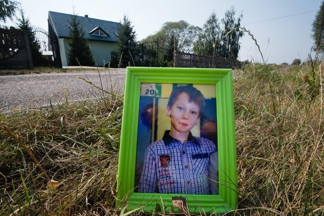 11-letni Kacperek Paradowski wyjechał na drogę przed rodzinnym domem w Steklinku 14 lipca 2015 roku. Uderzył w niego młody kierowca opla - Stanisław G. Jechał środkiem drogi, po piwie, nie mając prawa jazdy, a mając orzeczony sądowy zakaz kierowania pojazdami. Chłopiec zmarł. Prawomocny wyrok dla kierowcy to rok więzienia i 6-letni zakaz kierowania. Tak zdecydował Sąd Okręgowy we Włocławku.