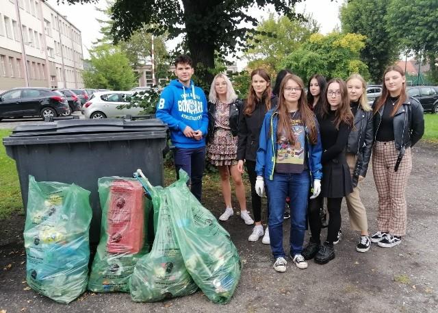 """Młodzież z  inowrocławskiego """"Chemika"""" porządkowała teren wokół budynku, obszar między szkołą a gmachem starostwa"""