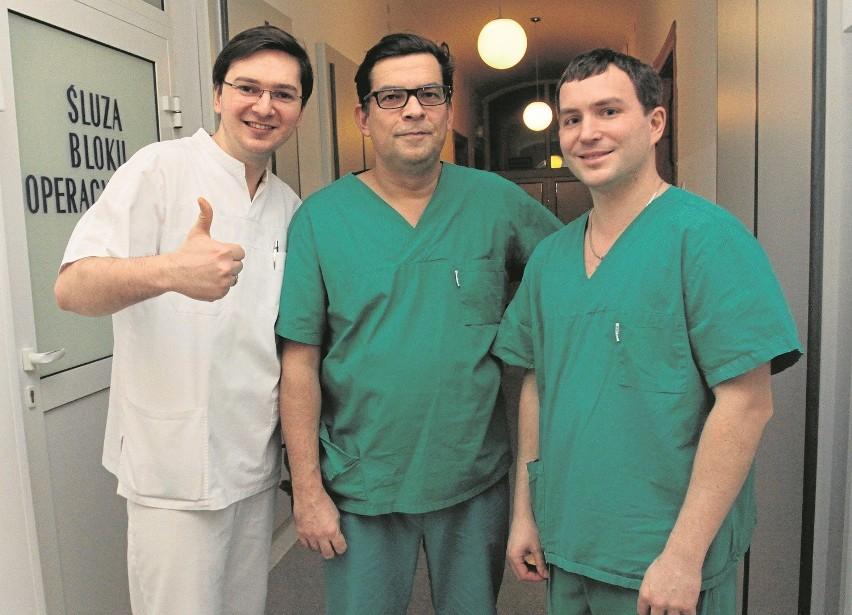 Ukraińscy lekarze przez miesiąc - pod okiem dr. Macieja Śmietańskiego (w środku) - poznają tajniki chirurgii