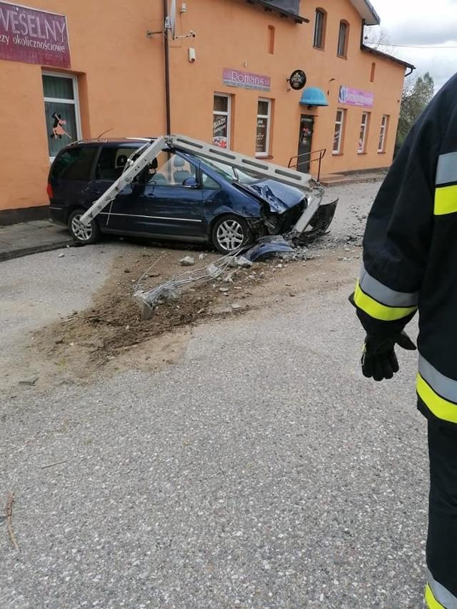 Dzisiaj (niedziela) doszło do wypadku w miejscowości Kawcze (gm. Miastko). To droga wojewódzka nr 206. Kierowca opla corsy zaczął skręcać w lewo, ale nie zauważył, że wyprzedza go już volkswagen sharan. Doszło do zderzenia. Kierowca volkswagena uderzył jeszcze w słup energetyczny. Na szczęście nic nikomu się nie stało. Na miejscu była policja oraz strażacy z Miastka i Kamnicy.
