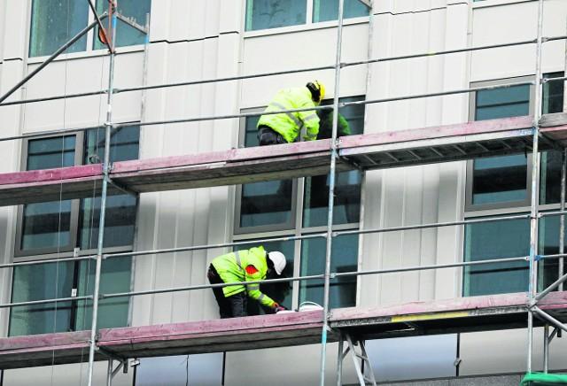 Robotnicy z Ukrainy pracują często na słupskich budowach. - Są szybcy, ale nie zawsze dokładni - ocenia jeden z przedsiębiorców