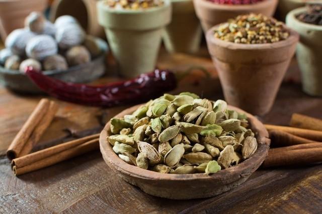 KardamonStanowi znakomity dodatek do zimowej herbaty, pobudza procesy trawienne, łagodzi mdłości, działa antybakteryjnie i przeciwgrzybicznie. Można dodawać go do ciastek, racuchów, likierów, nalewek, gorącej czekolady czy kurczaka.