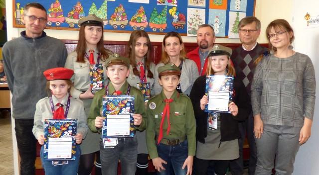 """Wolontariusze z Opatowca - na zdjęciu z nauczycielami, rodzicami - zaliczyli pierwszą """"miejską"""" kwestę Wielkiej Orkiestry celująco."""