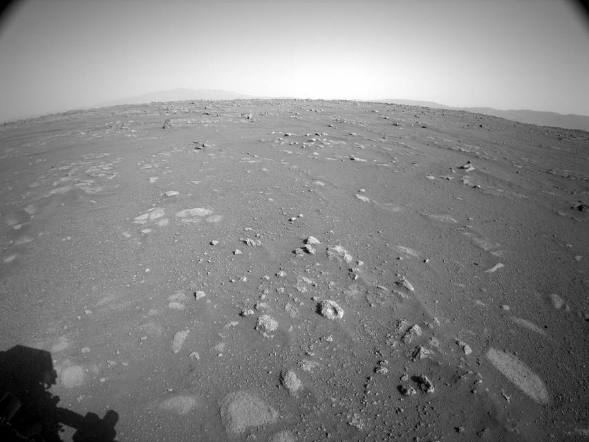 Widok na Marsa z kamery umieszczonej wysoko na maszcie...