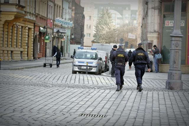 Jeden strażnik jest na stałe oddelegowany do pilnowania wjazdu do wrocławskiego Rynku. M.in. dlatego brakuje ich gdzie indziej
