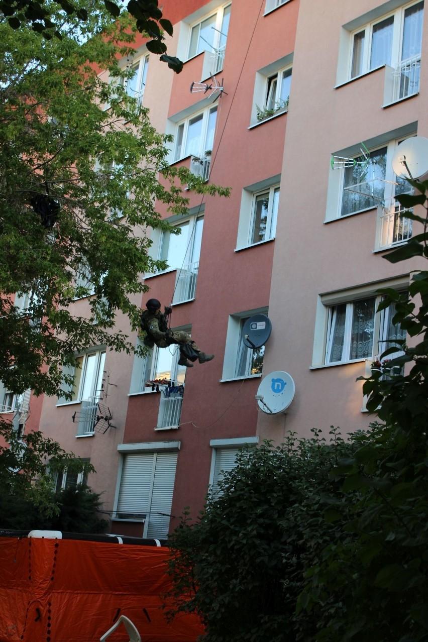 Antyterroryści weszli do mieszkania przez okno i...