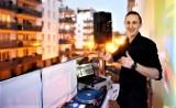 Dyskoteka Balkonowa po raz trzeci w Zielonej Górze. DJ Mateusz Przysucha charytatywną akcją chce tym razem wesprzeć bezdomne zwierzaki