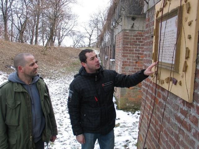 Tomasz Szpakowski (nz. z lewej) i Grzegorz Malik planują w forcie III Łuczyce pod Przemyślem urządzić ekspozycję i nietypowy hotel.