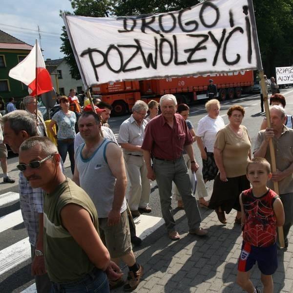 """""""Drogo, pozwól żyć"""" - z takim transparentem protestowało około stu mieszkańców Grodźca."""