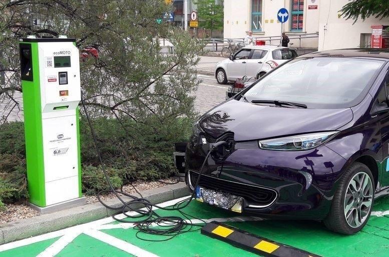 """Kupujesz samochód elektryczny? Rząd ci dopłaci. Już można składać wnioski w programie """"Mój elektryk"""""""