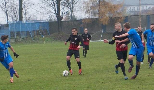 Mateusz Kocur (przy piłce) lideruje wśród 3 ligowców w Piłkarskim Rankingu Nowin.