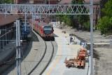 Opole. Na dworcu PKP jest już nowy peron, tory i sieć trakcyjna. Teraz robotnicy muszą zbudować wiatę. Powstaje też nowy most przez Odrę