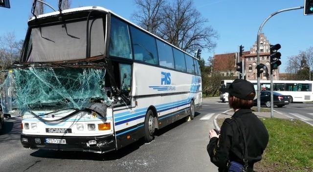 Kolizja wygląda groźnie. Uszkodzony autobus stoi naprzeciw kościoła Ducha Św. Na szczęście nikomu nic się nie stało. Jedynie kierowca autobusu PKS ma odarty naskórek na dłoniach.