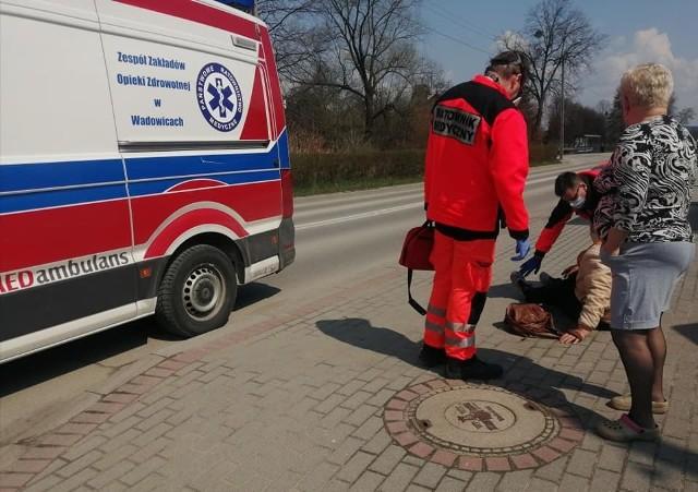 Kobieta leżała na chodniku w centrum Wadowic, między przechodniami. Długo nikt nie reagował.
