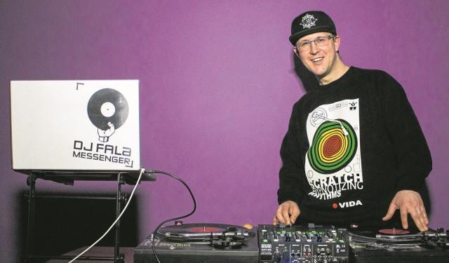 - Lata temu zacząłem grać jako DJ i zbierać płyty. Mam pokaźne zbiory winyli z całego świata - mówi Marcin Oroń