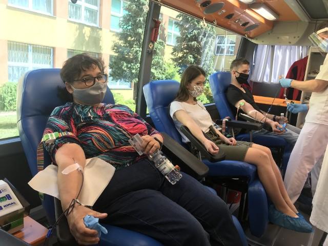 """W ramach akcji """"Nie wszystko może się zatrzymać"""" wolontariusze z Białobrzegów organizowali zbiórki krwi w powiecie. jedna z nich odbyła się w Białobrzegach."""
