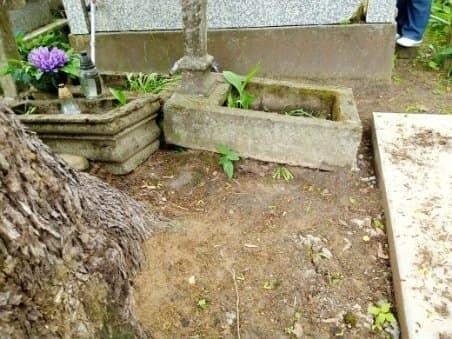 Grób dzieci babci pani Wiesławy został przesunięty. Ktoś buduje tam pomnik.