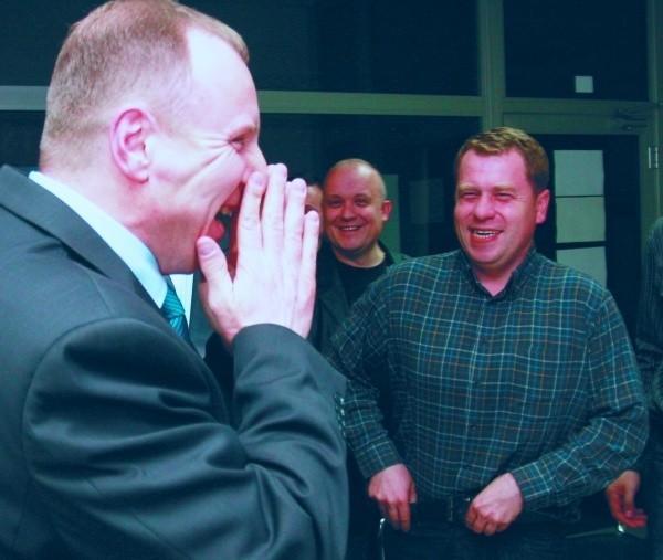 Jacek Kurski cieszy się z pierwszych wyników wyborów podawanych tuż po zamknięciu lokali.
