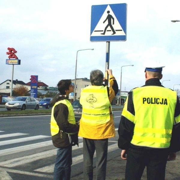 Pierwsze naklejki pojawiły się na słupkach znaków drogowych przy ulicy Warszawskiej.