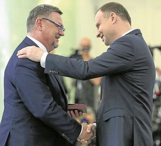Burmistrz Kolna Andrzej Duda odbiera odznaczenie i gratulacje od prezydenta Andrzeja Dudy za swą działalność samorządową