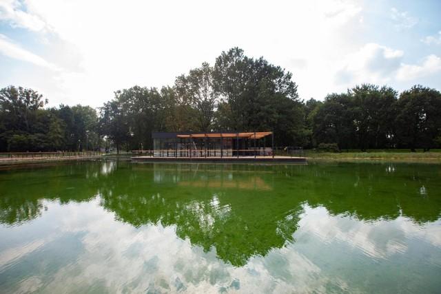 Mieszkańcy narzekają, że staw w Parku Lotników Polskich porósł glonami.