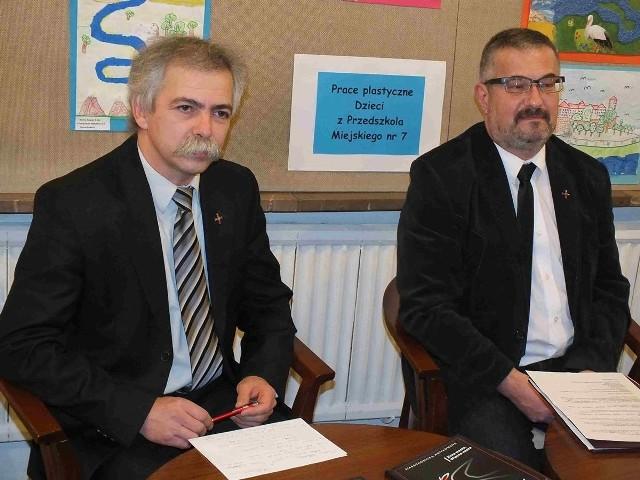 """Paweł Perchel (z lewej) i Robert Adamczyk, autorzy książki z cyklu """"Starachowicka Antykomuna"""" pod tytułem """"Zima wasza, Wiosna nasza"""""""