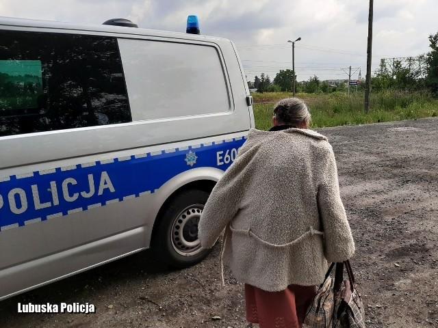 84-latkę policjanci odnaleźli przy torach. Siedziała tam ze swoją opiekunką