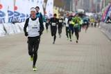"""Pomaganie przez bieganie – akcja """"PKO Biegajmy razem"""""""