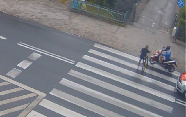 Przejście dla pieszych przy ul. Lidzbarskiej w Brodnicy. Moment przed uderzeniem motorowerzysty w chłopca