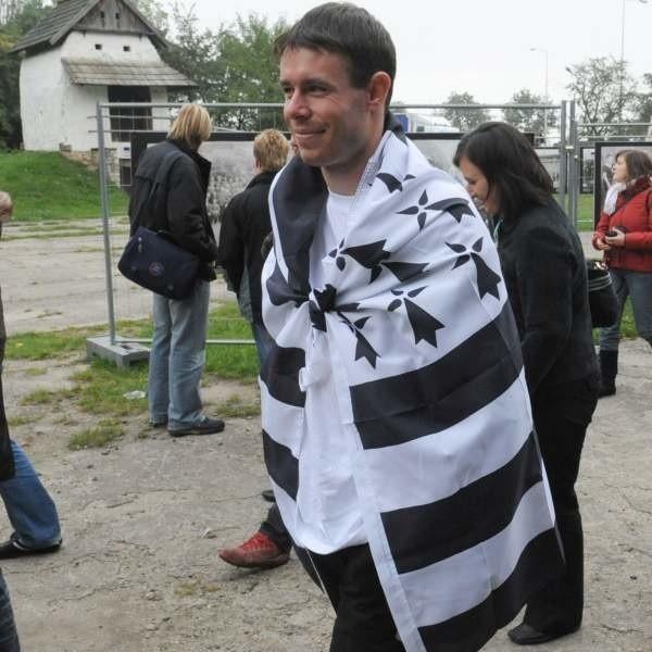Gwenole le Goff z dumą paradował po bierkowickim skansenie owinięty bretońską flagą.