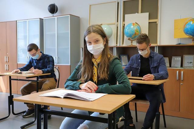 W Publicznym Liceum Ogólnokształcącym Uniwersytetu Łódzkiego do matury już prawie wszystko przygotowane. Rozkład stolików, według zaostrzonych przepisów, testują absolwenci 2020 tej szkoły: Alicja Gregorek, Arkadiusz Spalik (od lewej) oraz Jakub Kozłowski.