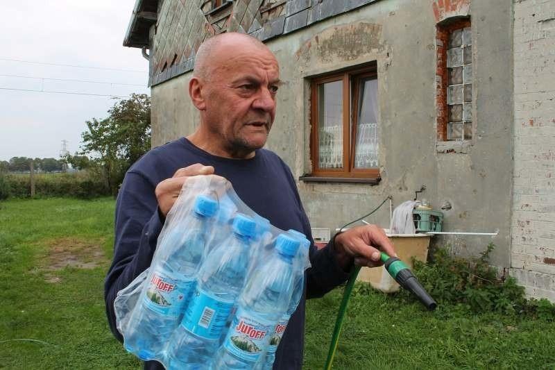 - Od czasu awarii wodociągi dostarczają nam wodę w butelkach...