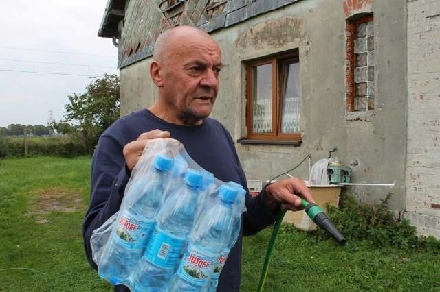 - Od czasu awarii wodociągi dostarczają nam wodę w butelkach - mówi Marian Szpineta. - Ale na dłużą metę tak się nie da żyć.