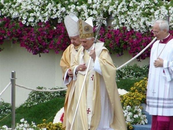 Papież Benedykt XVI wchodzi na ołtarz na krakowskich Błoniach w niedzielę 28 maja.