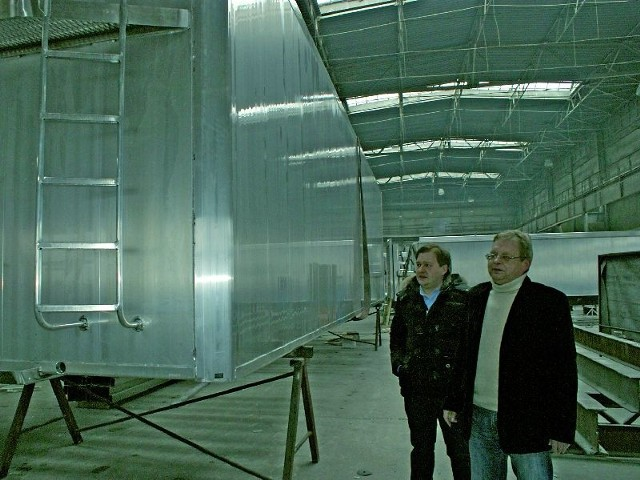 Sławomir Detka z synem Łukaszem w hali produkcyjnej w Niwkach