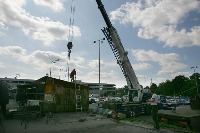 Wczoraj przeniesiono pierwsze pawilony na Turzynie. Przed Bożym Narodzeniem 2010 roku kupcy przeniosą się do wybudowanej hali.