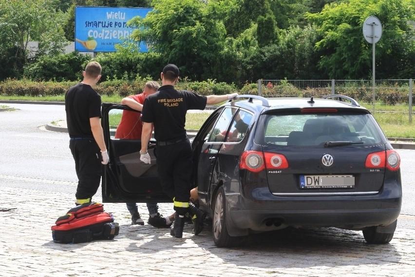 Pierwszej pomocy poszkodowanemu kierowcy udzielili strażacy....