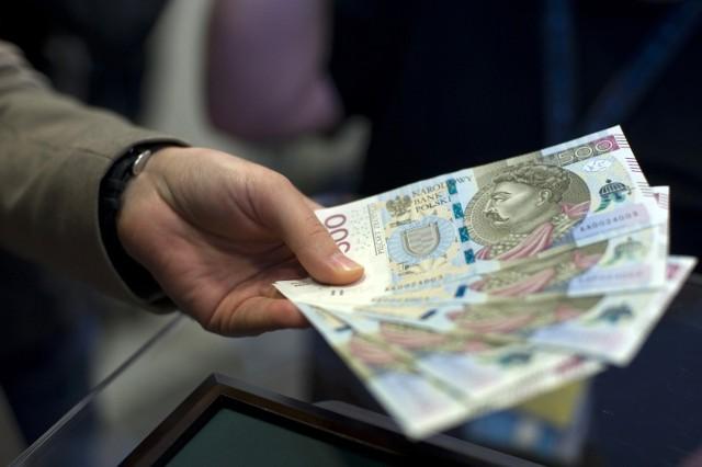 Pomysł na Bezwarunkowy Dochód Podstawowy, czyli 1200 zł dla każdego i 600 zł na dziecko, od początku roku jest głośno komentowany przez ekspertów i nie tylko... Dość odważną propozycję na nowe świadczenie socjalne wysunął Polski Instytut Ekonomiczny. Zgodnie z założeniami każda osoba dorosła miałaby otrzymywać miesięcznie 1200 zł, a dziecko - 600 zł. W takim wypadku wiele polskich rodzin mogłoby liczyć na znacznie większe pieniądze od państwa.  Na jakich warunkach przyznawany byłby Bezwarunkowy Dochód Podstawowy? Jakie miałby wady i zalety nowy program socjalny i ilu Polaków go popiera?POZNAJ SZCZEGÓŁY NA KOLEJNYCH SLAJDACH --->