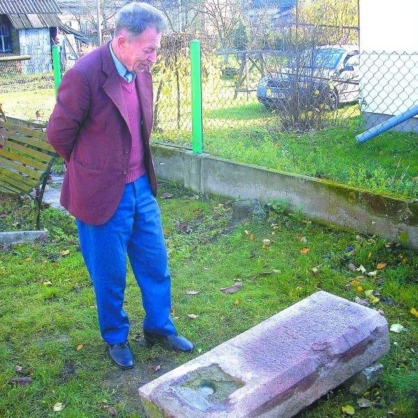 Żydowska macewa została znaleziona w Kowalach. Teraz zajmują się nią historycy, którzy nieraz już pomagali kustoszowi Wiktorowi Litwińczukowi.