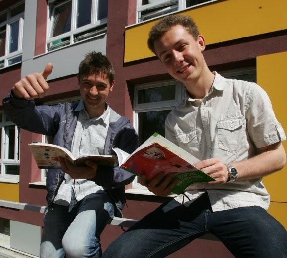 """– Czytelników """"Głosu"""" prosimy, żeby trzymali za nas i za wszystkich maturzystów kciuki! – mówią Mikołaj Komór (z lewej) i Jakub Bąk. – Wtedy na pewno wszystko pójdzie dobrze."""
