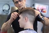 Ślązacy jadą do fryzjera w Krakowie. Regionalne obostrzenia nie zakazują wyjazdów