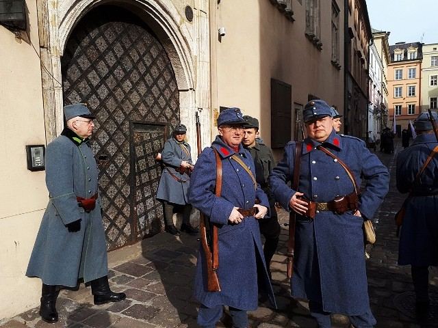 Tomasz Machowski (w środku): producenci chętnie angażują grupy rekonstrukcyjne, takie, jak GRH Gorlice 1915