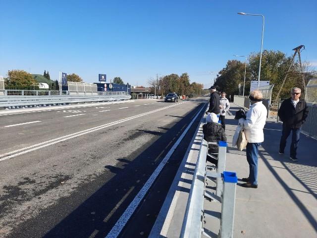 Otwarcie nowego wiaduktu spotkało się z zainteresowaniem także przechodniów.