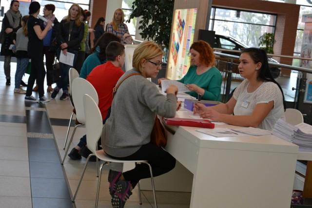 W sobotę w radomskiej Galerii Słonecznej Miejski Ośrodek Pomocy Społecznej uruchomił specjalny punkt, w którym można było złożyć wniosek o 500 plus. Chętnych nie brakowało.