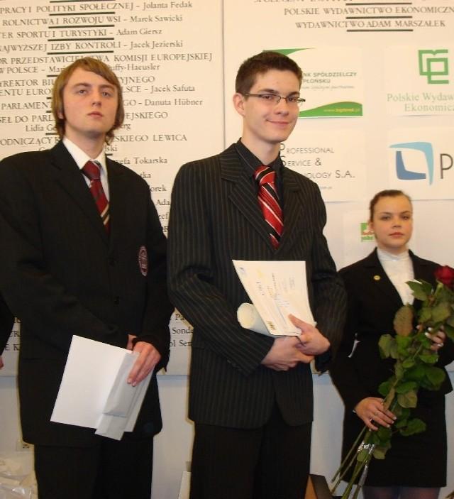 Tomasz Klemt (w środku) jest pierwszym w historii uczestnikiem olimpiady wiedzy o UE, który dwukrotnie został jej laureatem.