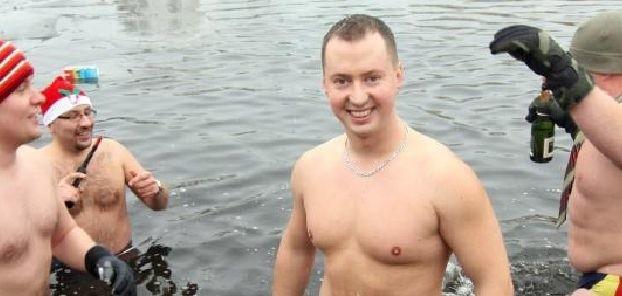 Rafał Idziorek podczas noworocznej kąpieli w Brdzie
