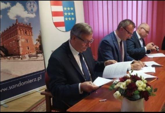 Od lewej umowę pospisują:Józef Żółciak starosta staszowski, Marcin Piwnik, starosta sandomierski, Tomasz Staniek starosta opatowski