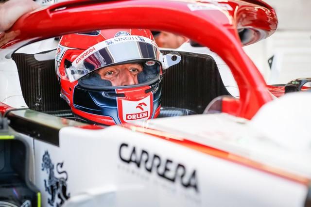 Kubica utknął w żwirze na treningu przed GP Hiszpanii. Trzeba była przerwać sesję