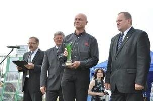 Jarosław Urbański, przedstawiciel na Polskę firmy VB Beton (w środku) odebrał puchar za Hit Targów Budownictwa Wiejskiego (za ściany prefabrykowane, oporowe)